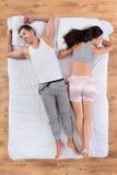 Homme décontracté et femme dormant ensemble dans le lit image libre de droits