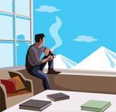 Homme décontracté s'asseyant en montagnes de observation de fenêtre et café potable photos stock