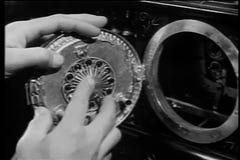 Homme découvrant les diamants cachés derrière le cadran d'horloge banque de vidéos