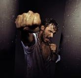 Homme dégoûtant de combat avec la nature dure images libres de droits