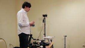 Homme démontrant des appareils-photo banque de vidéos