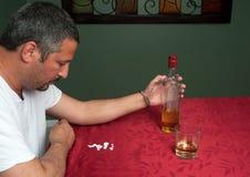 Homme dépendant à l'alcool et aux pilules Images libres de droits