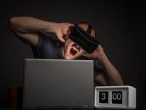 Homme dépendant de technologie avec des troubles mentaux image stock