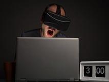 Homme dépendant de technologie avec l'insomnie image libre de droits
