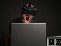 Homme dépendant de technologie avec l'insomnie photos stock