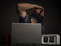 Homme dépendant de technologie avec l'insomnie images stock