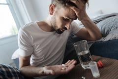 Homme déprimé malheureux regardant sa paume image libre de droits