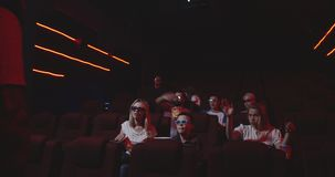 Homme dérangeant les mordus du cinéma semblables dans le cinéma clips vidéos