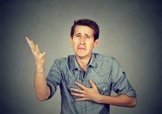 Homme désespéré priant pour la rémission d'aide image stock