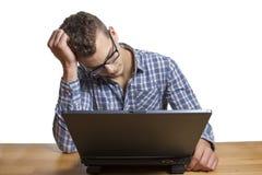 Homme désespéré s'asseyant à l'ordinateur Image stock