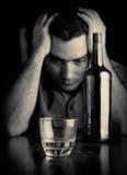 Homme désespéré seul buvant photos libres de droits