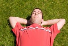 Homme détendant au soleil Photo stock