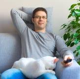 Homme détendant avec le chat Photo stock