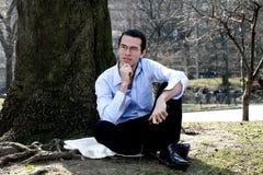 Homme détendant dans Central Park Images libres de droits