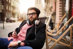 Homme détendant devant le café Photographie stock