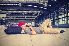 Homme détendant sur l'aéroport Photographie stock