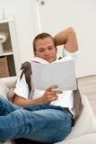 Homme détendant sur le divan photo libre de droits