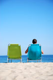 Homme détendant sur sunbed Photos stock