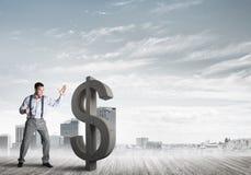 Homme déterminé de banquier contre le paysage urbain moderne cassant le chiffre de béton du dollar illustration libre de droits