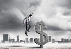 Homme déterminé de banquier contre le paysage urbain moderne cassant le chiffre de béton du dollar illustration stock