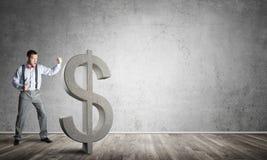 Homme déterminé de banquier dans la pièce concrète vide cassant le chiffre du dollar illustration libre de droits