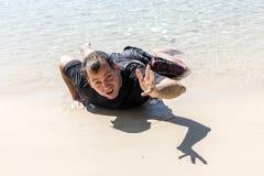 Homme détruit sur le littoral photo stock