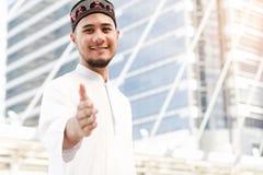 Homme d'émirats de Muaslim prêt à la poignée de main images stock