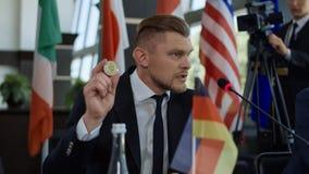 Homme d'état allemand donnant le discours du cryptocurrency images libres de droits
