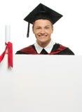 Homme d'étudiant gradué avec le panneau d'affichage Images stock