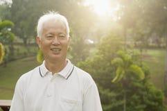 Homme d'aînés asiatique souriant au parc extérieur Image stock