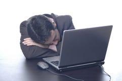 Homme d'affaires à dormir dans un procès Images stock