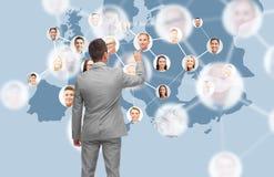 Homme d'affaires à l'écran virtuel avec des contacts images stock