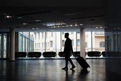 Homme d'affaires à l'aéroport moderne Images libres de droits