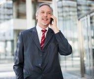 Homme d'affaires à l'aide d'un téléphone portable Images libres de droits