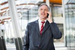 Homme d'affaires à l'aide d'un téléphone portable Images stock