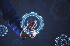 Homme d'affaires à l'aide de l'écran d'hologramme photo stock