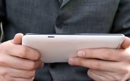 Homme d'affaires à l'aide de l'ordinateur de tablette Photographie stock libre de droits