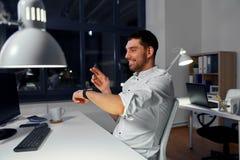 Homme d'affaires à l'aide de la montre intelligente au bureau proche photos stock