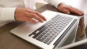 Homme d'affaires à l'aide de l'ordinateur portable de tapis de souris banque de vidéos