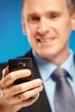 Homme d'affaires à l'aide de son téléphone portable Images stock