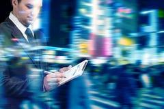 Homme d'affaires à l'heure de pointe marchant dans la rue de ville images stock