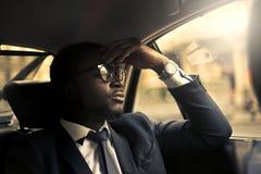 Homme d'affaires à l'intérieur d'un taxi image stock