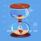 Homme d'affaires à l'intérieur de concept de gestion du temps de date-butoir d'horloge de montre de sable Photo stock