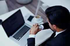 Homme d'affaires à la pause utilisant le filet-livre vide d'écran de l'espace de copie pour le travail Photos stock
