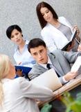 Homme d'affaires à la présentation avec ses employés Image stock