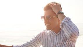 Homme d'affaires à la tablette de lecture de voyage de mer sur le bateau avec la technologie moderne, mode de vie réussi banque de vidéos