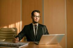 Homme d'affaires à une dactylographie d'espace de travail Photographie stock libre de droits