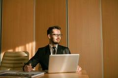 Homme d'affaires à une dactylographie d'espace de travail Photographie stock