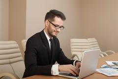 Homme d'affaires à une dactylographie d'espace de travail Photo libre de droits