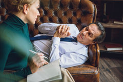 Homme d'affaires âgé par milieu attentif regardant le conseiller Image stock
